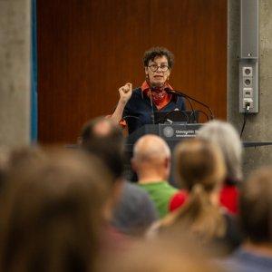 Eröffnungsvortrag von Prof. Dr. Jeanette Hofmann (Alexander von Humboldt Institut für Internet und Gesellschaft) zur Mediatisierten Demokratie folgte. Die anschließende